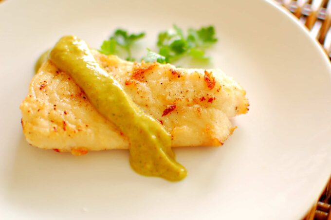Avocado sauce. This is an easy recipe, using fresh ingredients to make a wonderful tasting condiment to pair with fried fish. | joeshealthymeals.com
