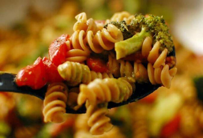 Tomato broccoli pesto pasta. Simple to make...delicious to eat. | joeshealthymeals.com
