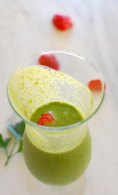 Banana strawberry green smoothie. Tasty, nutritious smoothie recipe. | joeshealthymeals.com