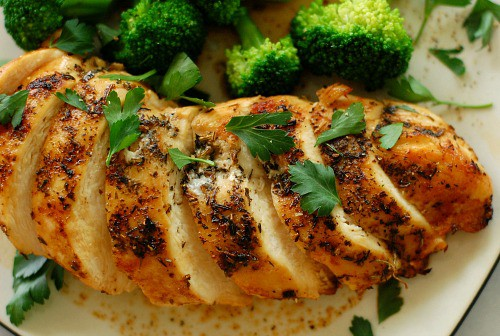 Herb crusted chicken breast. Moist and flavorful chicken breast. This recipe rocks! | joeshealthymeals.com