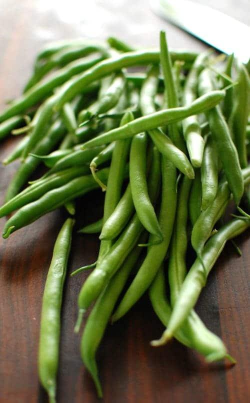 Fresh raw green beans. | joeshealthymeals.com