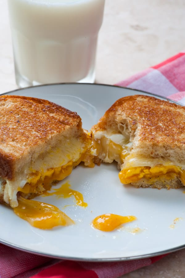 Cheese and fried egg sandwich. A yummy sandwich you will love for breakfast or lunch. | joeshealthymeals.com