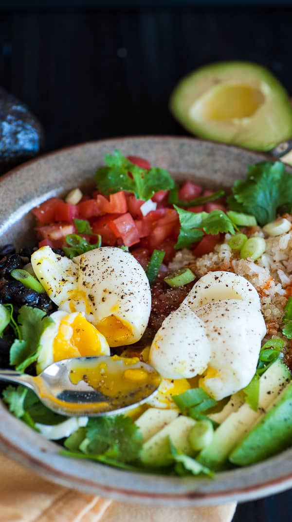 Tex-Mex quinoa brown rice grain bowl. Simple but delicious main course meal. | joeshealthymeals.com