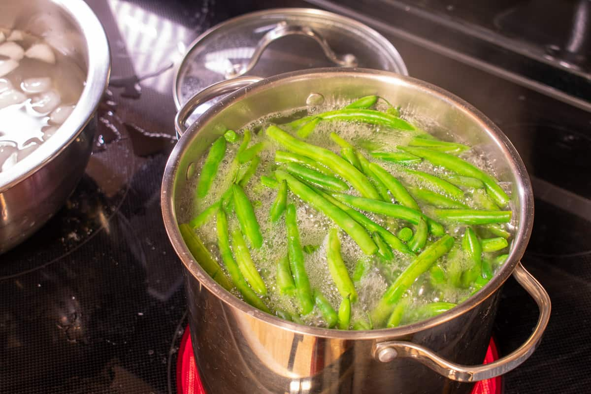 blanching green beans on the stove